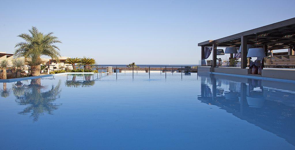 Plongez dans la piscine et profitez de la vue