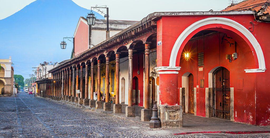 Rejoindrez ensuite Antigua, ville à l'exceptionnelle architecture colonial