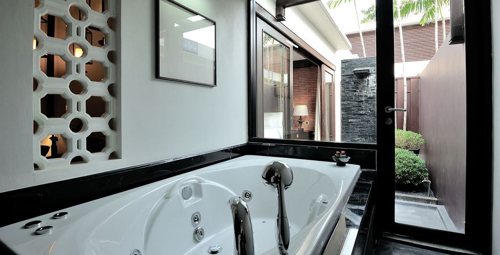 Avec une salle de bain spacieuse...