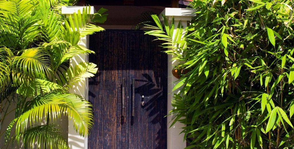 Nichée au coeur d'un jardin de bambous et de palmiers