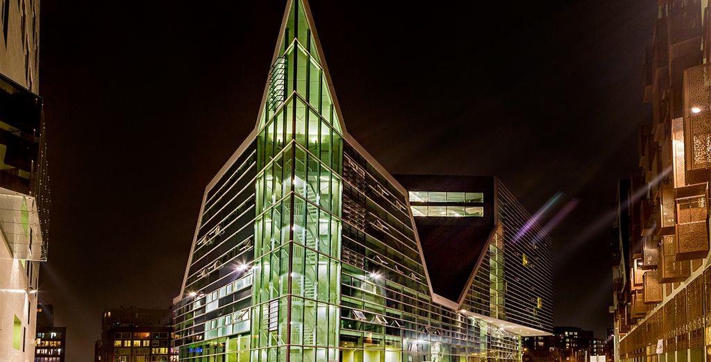 En plein coeur d'un batiment architectural, aux façades de verre impressionnantes
