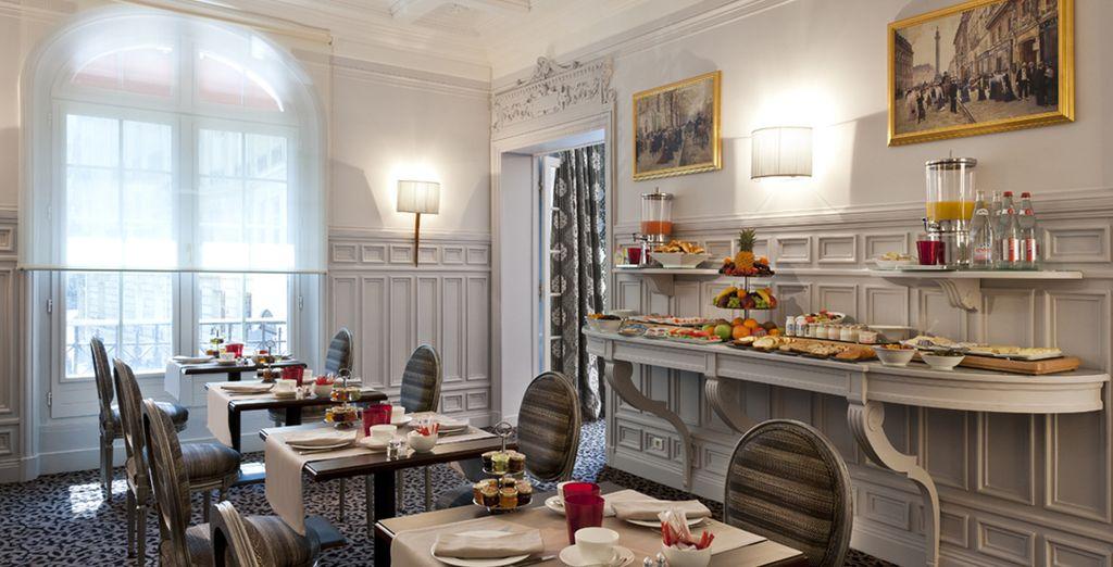 Vous bénéficierez d'une formule petit-déjeuner servie dans le salon de l'hôtel ou en chambre