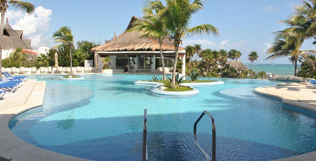 Ou dans l'eau turquoise de la piscine