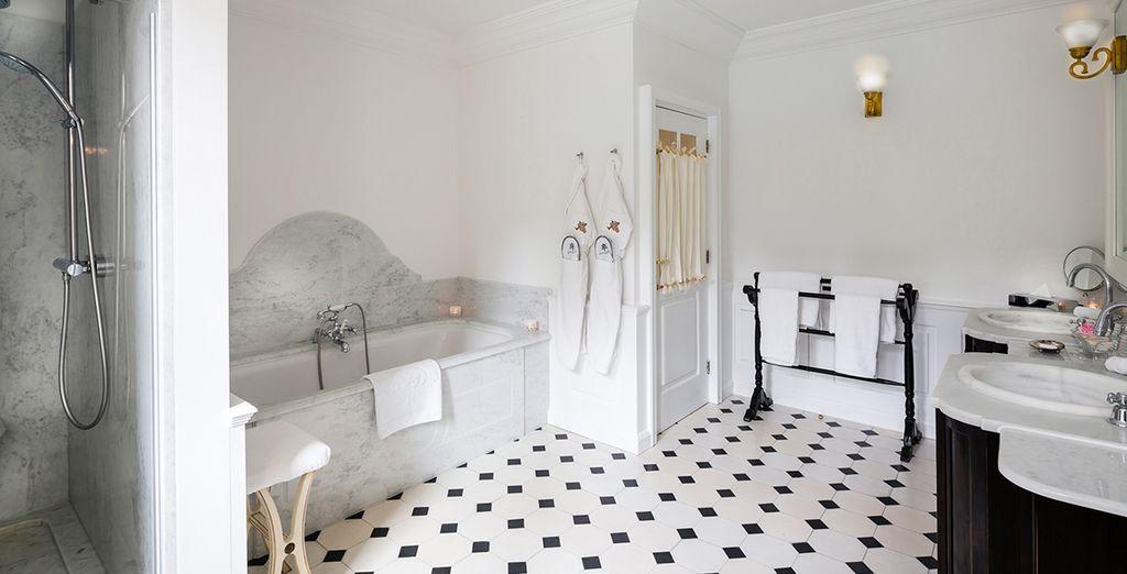 Et sa lumineuse salle de bain parfaitement équipée...