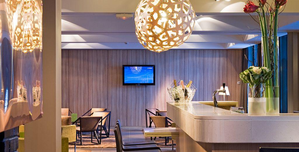 Installez-vous au bar et laissez-vous emporter par l'ambiance lounge