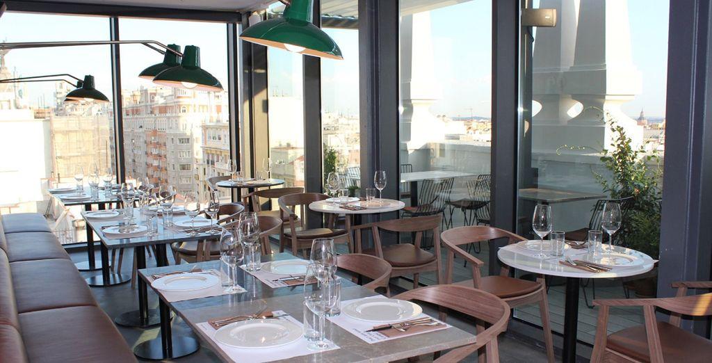 Régalez-vous au restaurant panoramique de l'hôtel