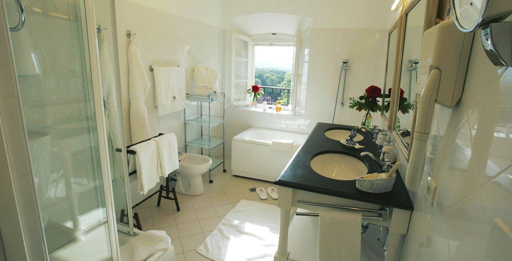 Dotée d'une élégante et spacieuse salle de bains
