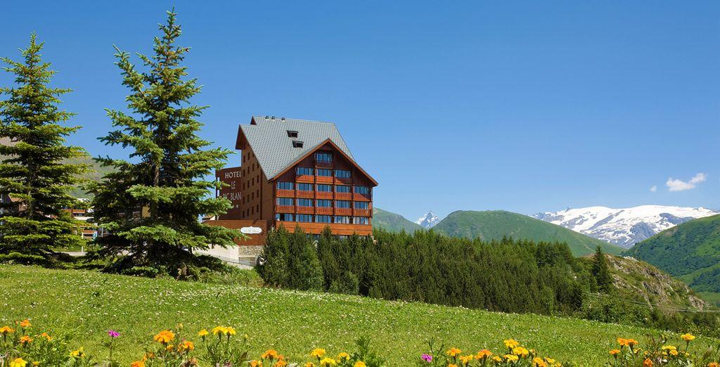 Niché au cœur de la montagne, l'hôtel Le Pic Blanc vous ouvre ses portes...