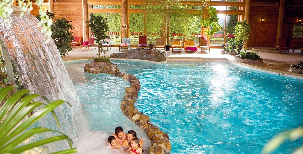Détendez-vous dans la piscine intérieure avec cascade, rivière et bains à remous ...