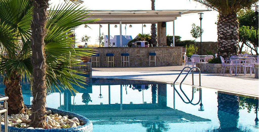 En sirotant un cocktail près de la piscine