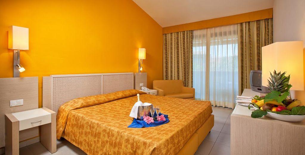 Installez-vous dans votre chambre Standard, aux tons chauds et au confort inégalable