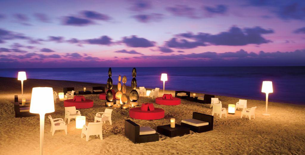 Admirez un coucher de soleil sur la plage aménagée