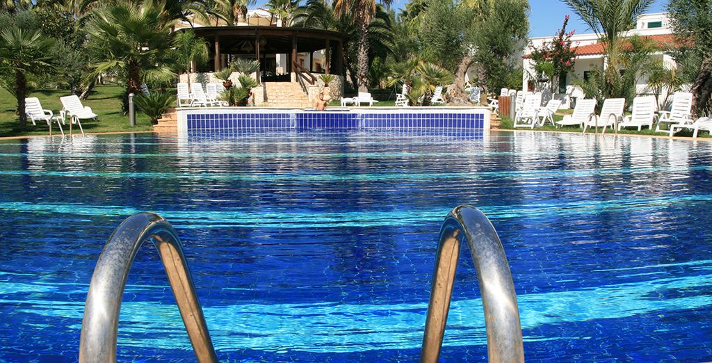 Et prenez le temps de vous détendre au bord de la piscine