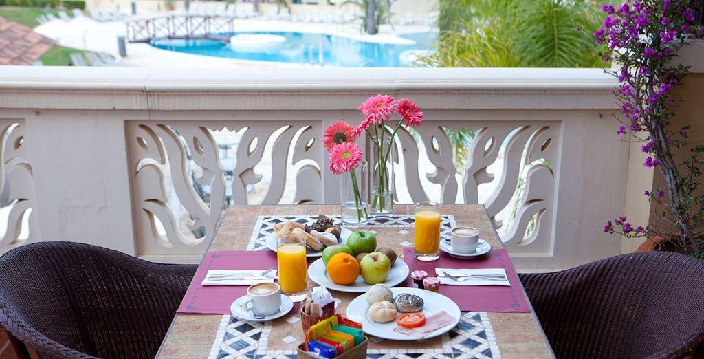 Commencez la journée par un bon petit-déjeuner en terrasse