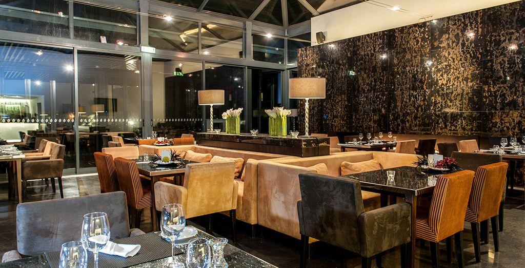 La cuisine gourmande et l'atmosphère chic du restaurant de l'hôtel vous combleront