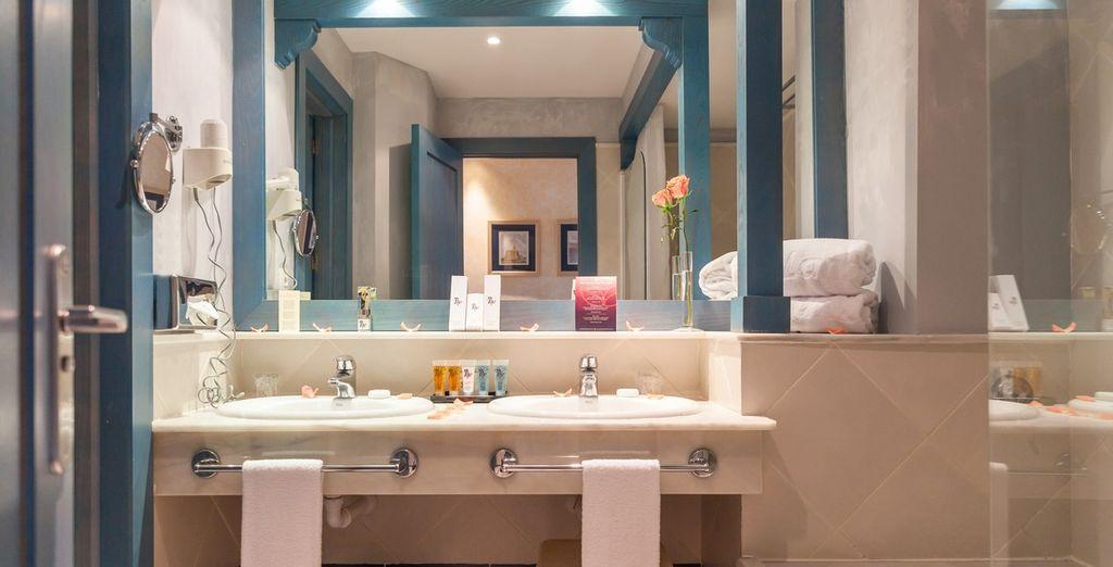 Et de sa salle de bains équipée