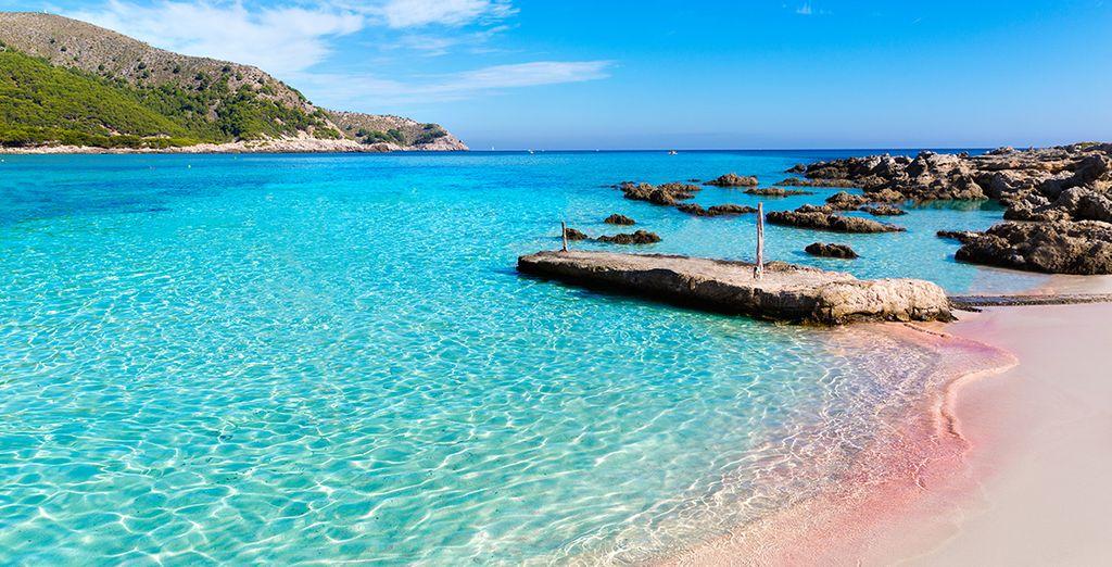 Et rejoignez la plage de Cala Agulla à seulement 900 mètres