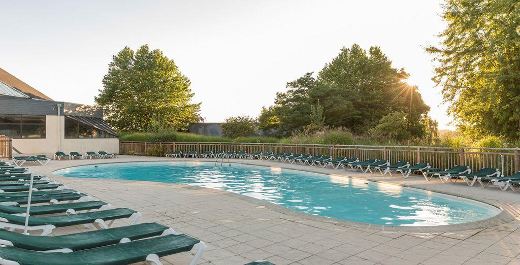 Ou à la piscine, en prenant le soleil sur les chaises longues