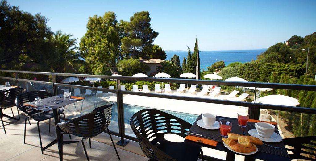 ... ou sur la terrasse surplombant la piscine ou le Golfe de Saint-Tropez