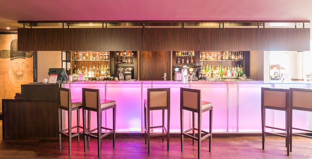 Après votre journée, sirotez un cocktail dans le bar lounge...