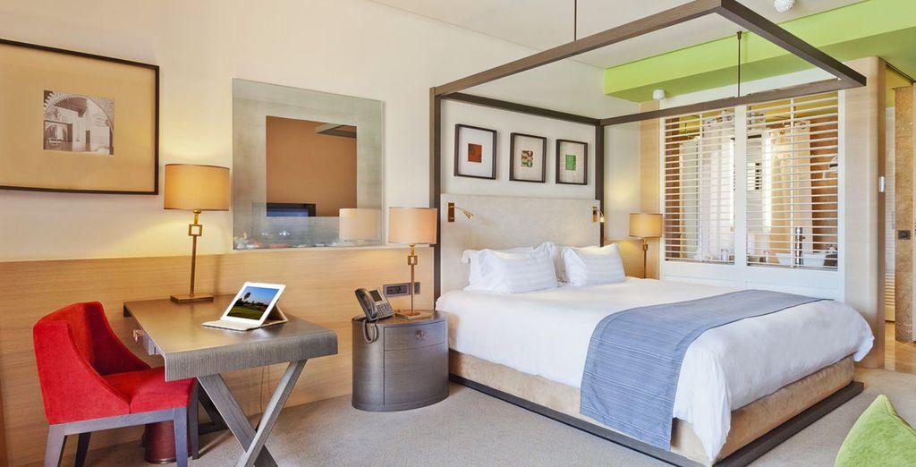 Vous y découvrirez des chambres spacieuses au design contemporain, avec vue sur la piscine ou sur le golf