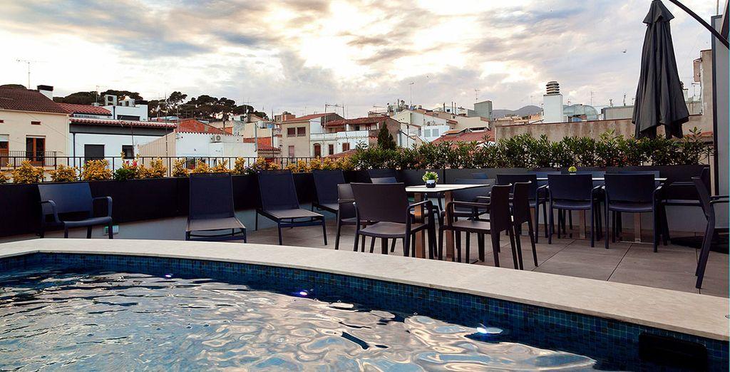 Sirotez un verre au Skybar en contemplant les contrastes de couleur du ciel et des toits du centre historique