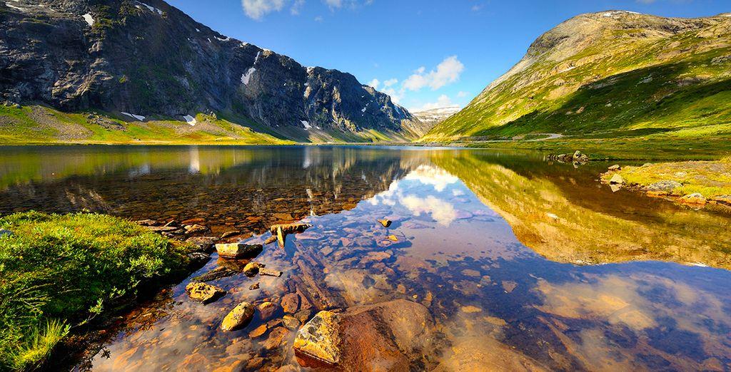 Paysages de la Norvège, lac et montagnes escarpées