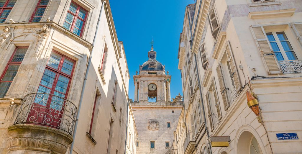 Photographie d'une ruelle de La Rochelle et de la Tour de l'Horloge