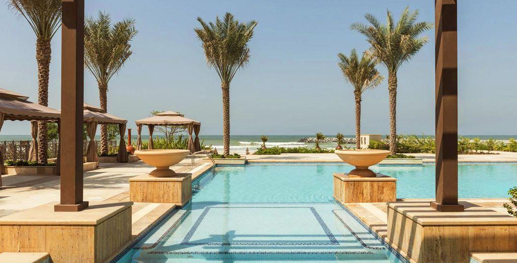 Admirez la vue depuis la piscine de l'hôtel