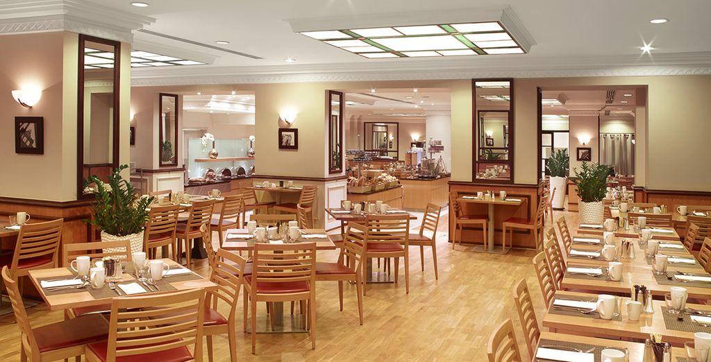 Dans la grande salle du restaurant
