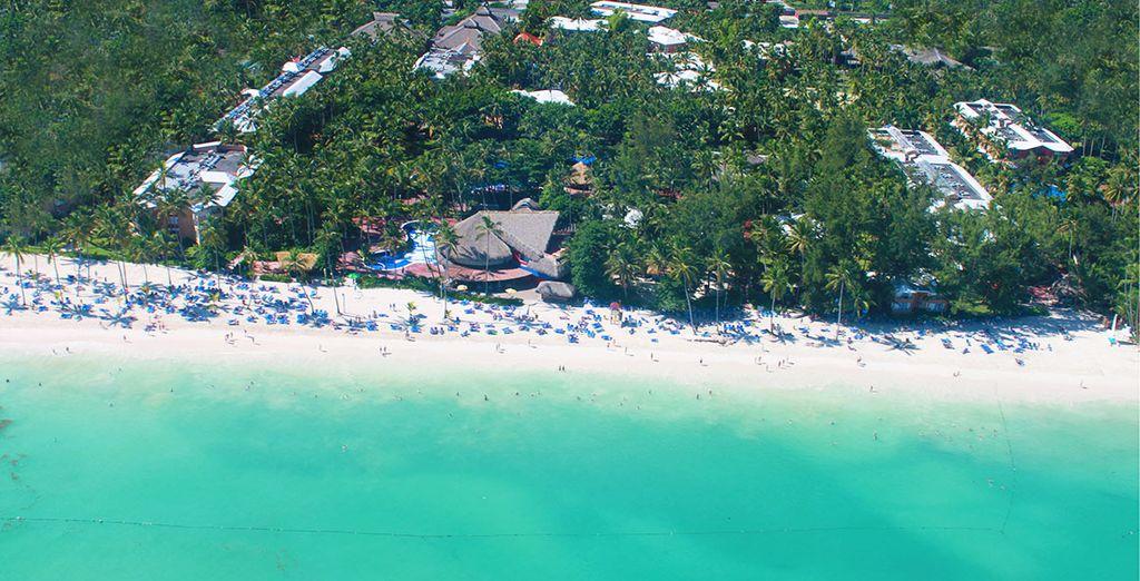 Qui longe une sublime plage de sable fin