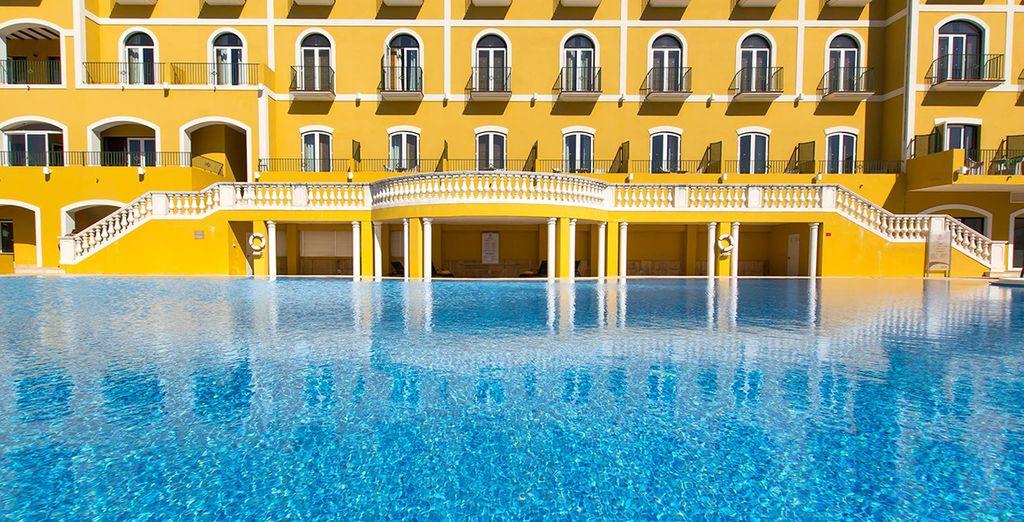 Au pied de l'hôtel, la piscine vous tend les bras...