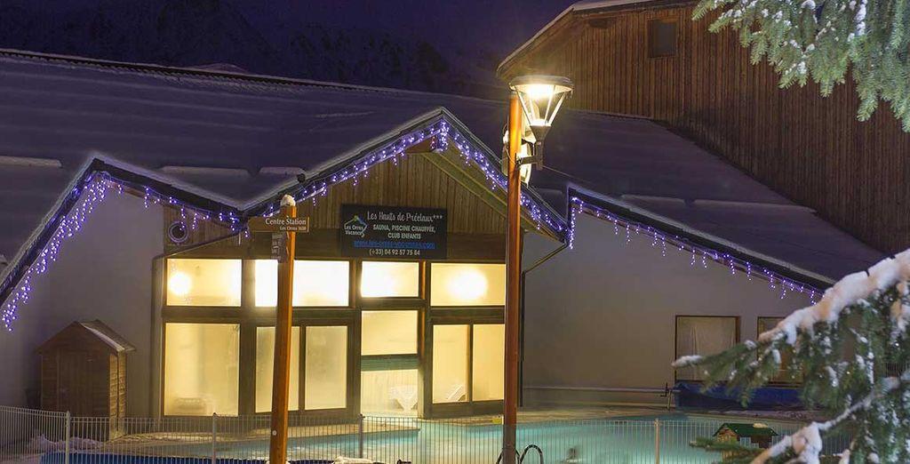 Profitez de votre séjour pour vous détendre, la piscine extérieure chauffée vous attend