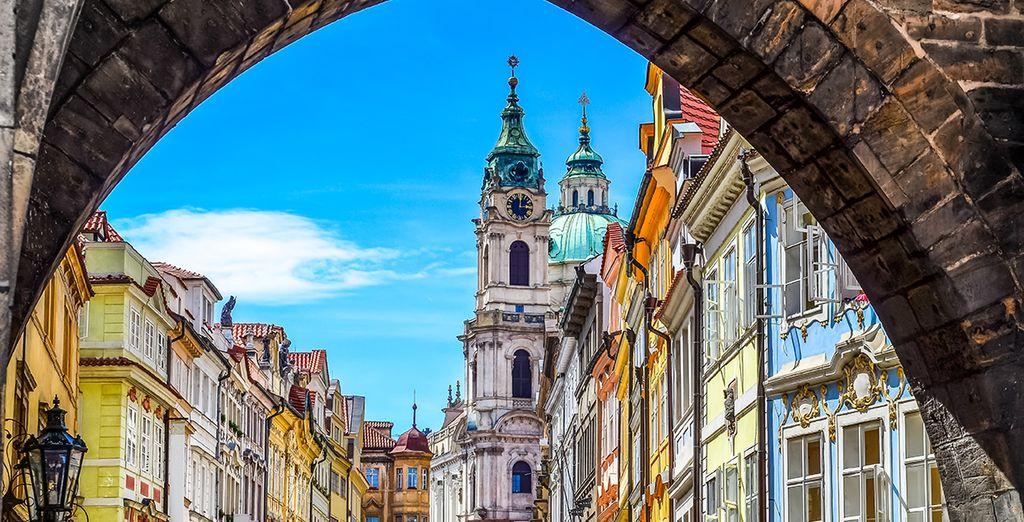 Photographie d'une ruelle de Prague, capitale Européenne
