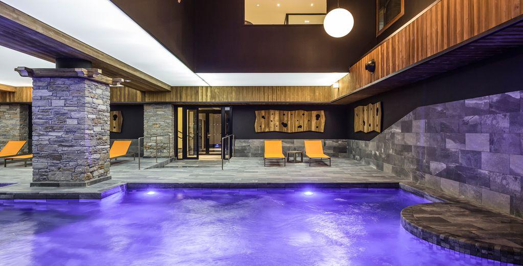 Prenez un bon bain délassant dans la piscine intérieure
