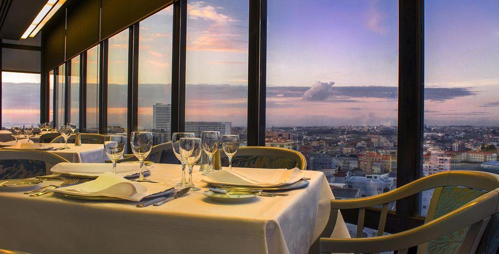 Offrez-vous un repas au restaurant panoramique de l'hôtel