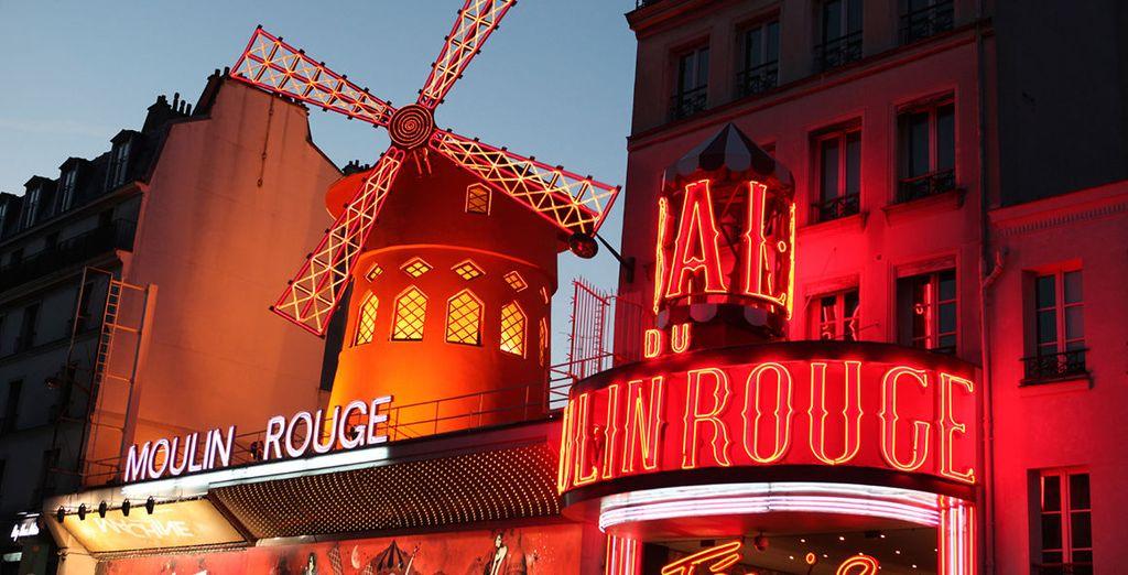 Passez devant le célèbre Moulin Rouge