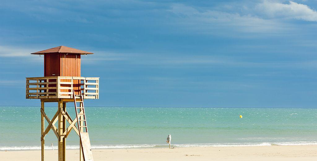 Photographie d'une plage de sable blanc et de la mer méditerranée