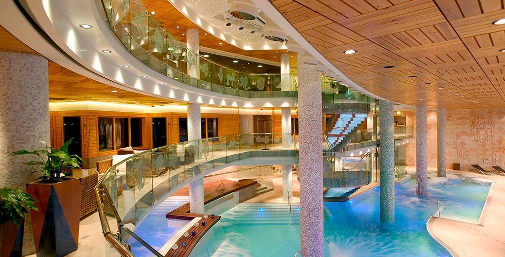 Hôtel Sport Village 4* de luxe avec piscine et spa, offrant une vue incontournable sur les montagnes verdoyantes de Soldeu