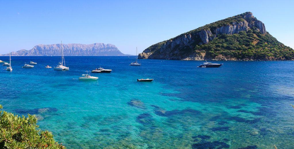 Eaux turquoise et balade en bateau autour des îles de Sardaigne, cette belle région italienne