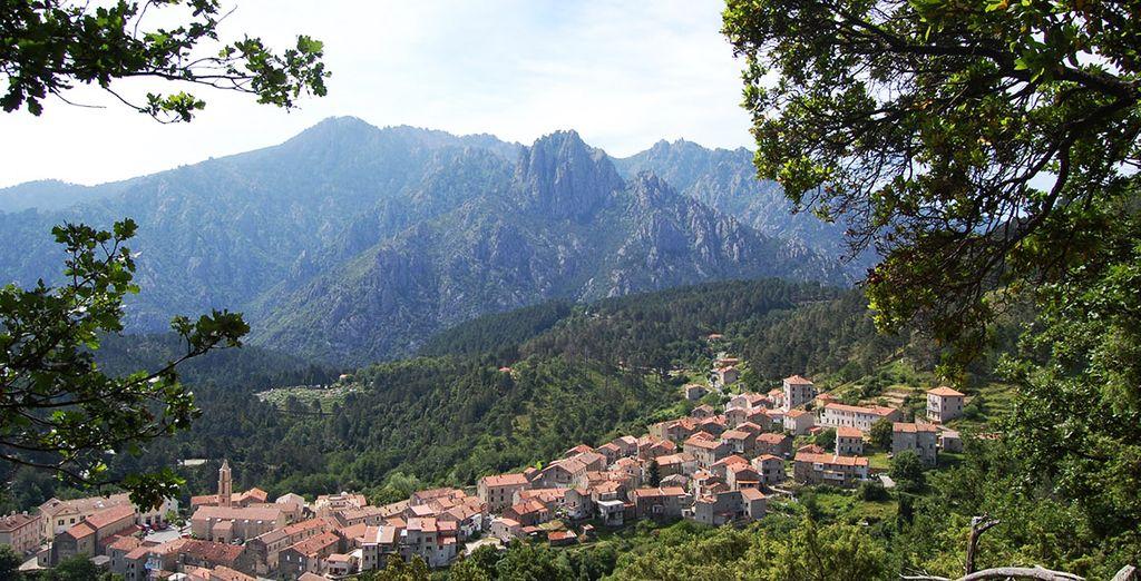 Photographie de petits villages de Corse et ses motnagnes