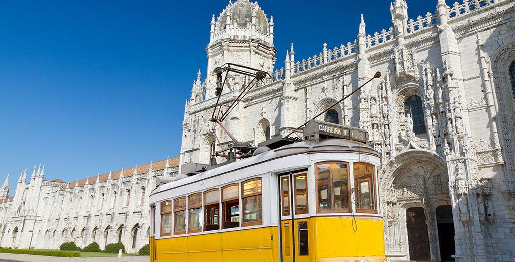 Photographie du tram jaune ainsi que de ses monuments historiques