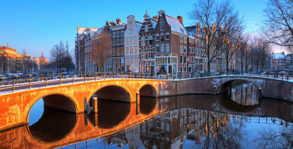 Un des nombreux ponts qui traversent les canaux d'Amsterdam