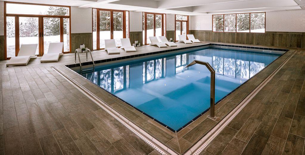 Délassez-vous dans la piscine intérieure de l'hôtel...