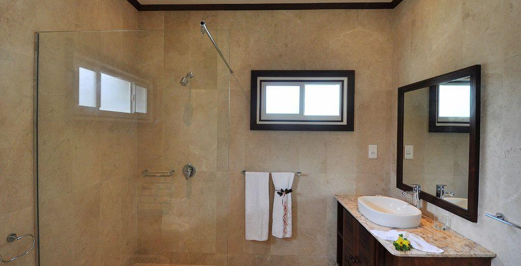 Accompagnée d'une salle de bain moderne et confortable