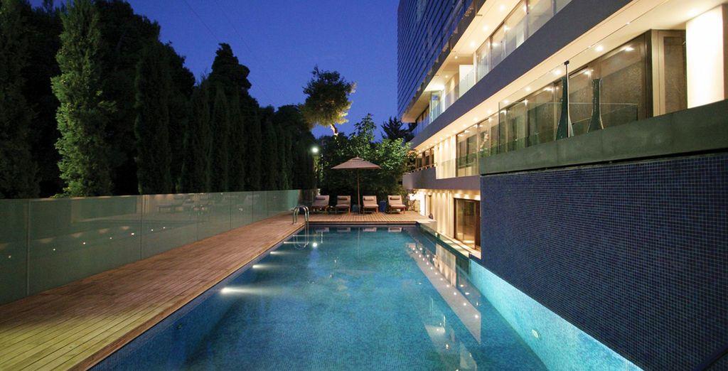 Plongez pour une expérience inédite dans une piscine à fond de verre !