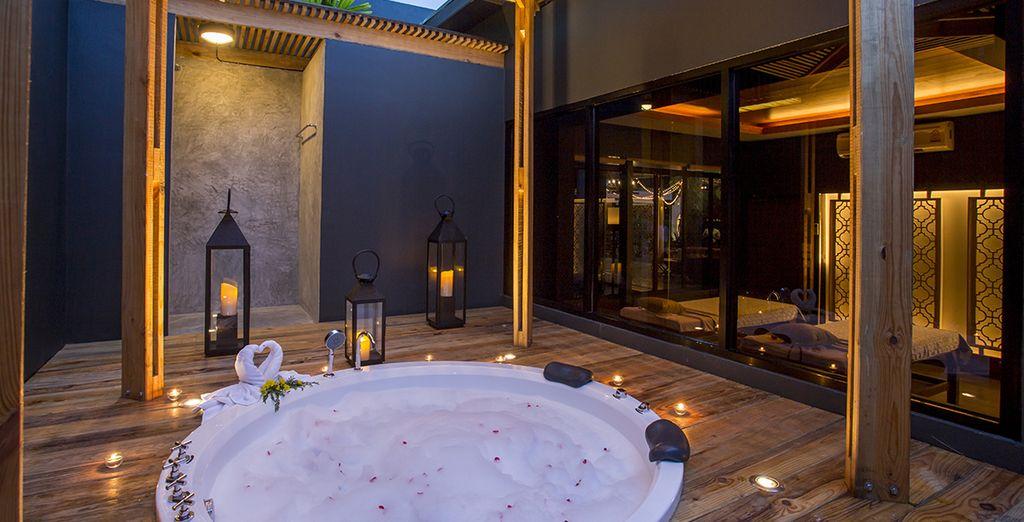 Tranquillement installé dans le bain à remous