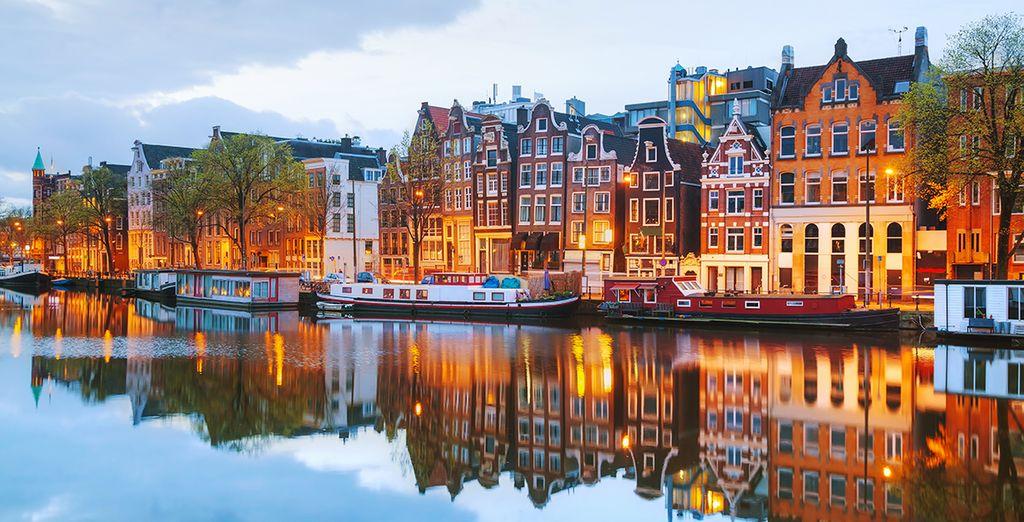Départ d'une balade en bateau au port de la ville d'Amsterdam