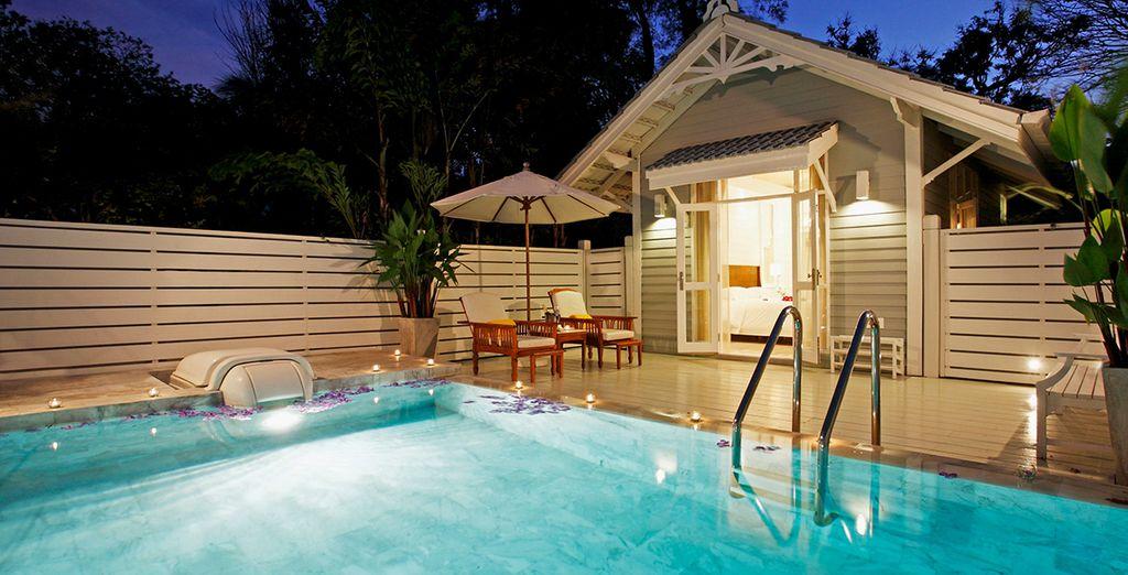 Sa piscine privée en marbre saura vous conquérir autant qu'elle vous relaxera de toute forme de fatigue...