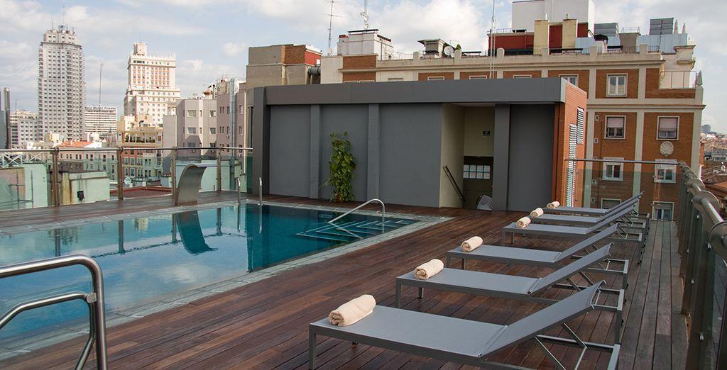 Les beaux jours, prenez le soleil au bord de la piscine sur le toit...
